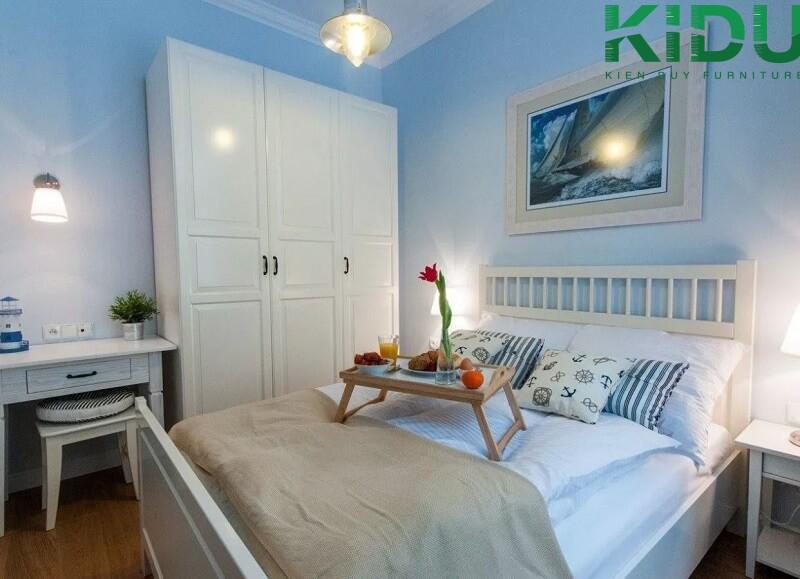 Phòng ngủ có diện tích 4x3m với tông màu chính là xanh da trời và trắng mang lại sự nhẹ nhàng và tinh tế.